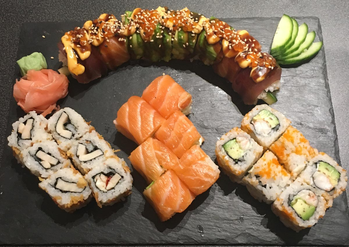 Assortiment Dragon Roll, Saumon roll et California Crispy